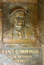 Spominska plošca Franceta Lombergarja se na Kmetijskem zavodu Maribor spogleduje s spominsko plošco še enega velikega sadjarja Josipa Priola